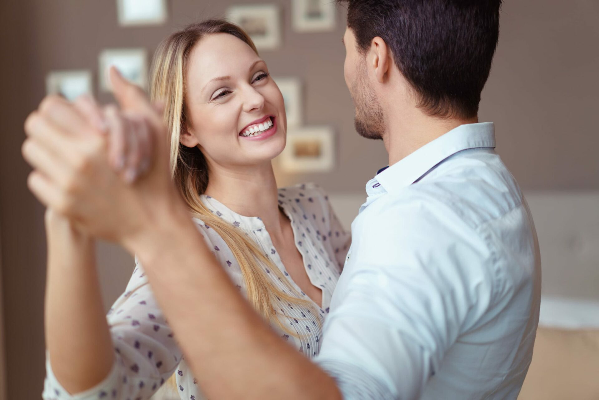 Ein jungen Tanzpaar hat sich über die Tanzpartnerbörse gefunden